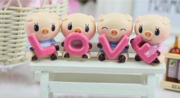 Bộ tượng heo ôm chữ Love