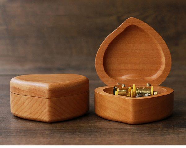 hộp nhạc gỗ trái tim